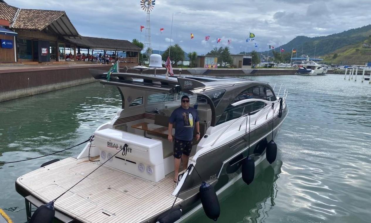 Jean Chrytian de Souza com seu novo barco na marina, em Angra do Reis Foto: Arquivo pessoal