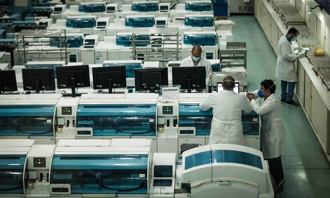 Laboratório em Duque de Caxias (RJ) faz exame de casos de Covid-19 Foto: ROBERTO MOREYRA