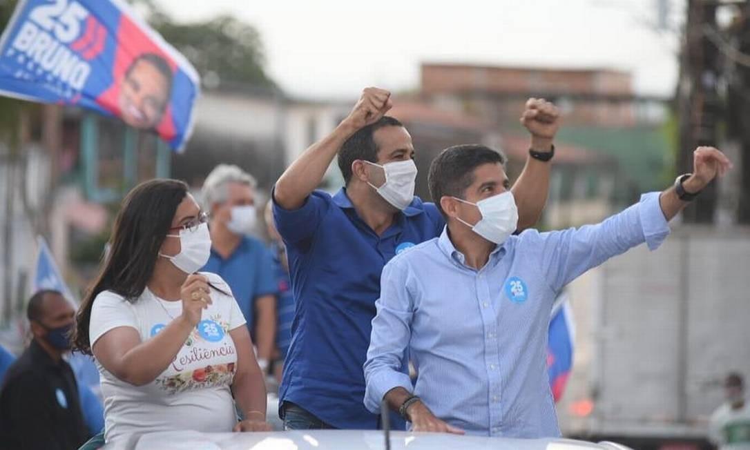 ACM Neto, à frente, faz carreata com Bruno Reis (de camisa azul escura), candidato à sucessão em Salvador: DEM pode vencer três capitais no primeiro turno Foto: Reprodução