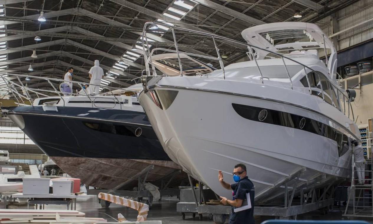Funcionários trabalham a todo vapor na fabricação de barcos no estaleiro da Intermarine, um dos maiores do país Foto: Edilson Dantas / Agência O Globo