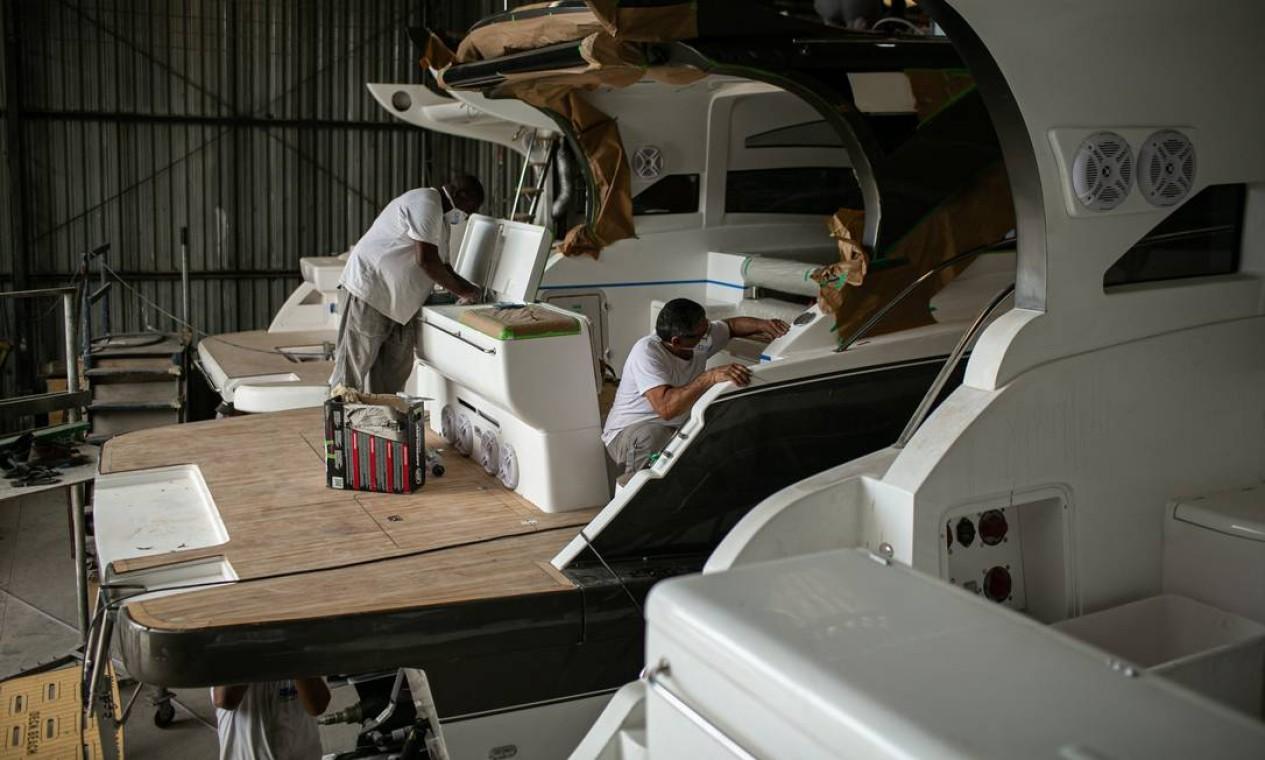 No Real Power Boats, modelo mais simples, de 30 pés, custa R$ 100 mil, mas podem chegar a mais de R$ 1,5 milhão no estaleiro Foto: Hermes de Paula / Agência O Globo