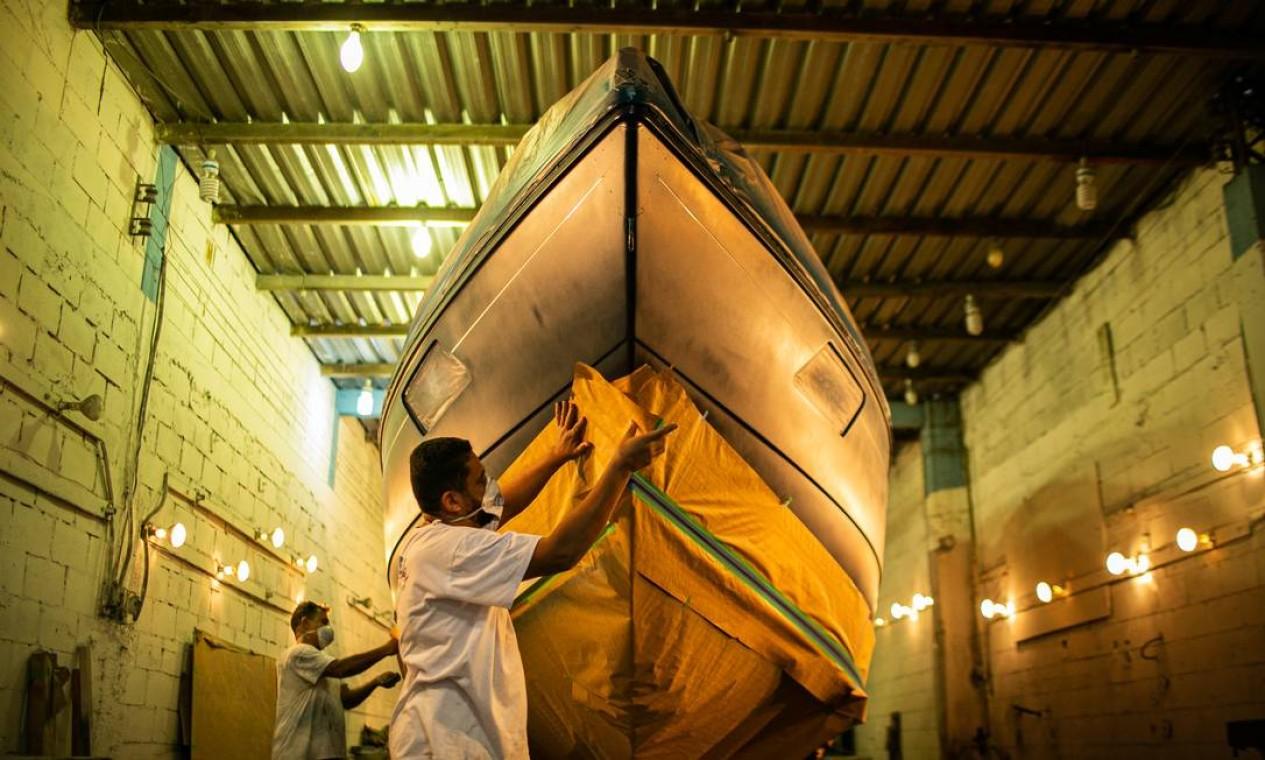 No Estaleiro Real Power Boats, a equipe amentu de 150 para 190 profissionais para dar conta das encomendas Foto: Hermes de Paula / Agência O Globo