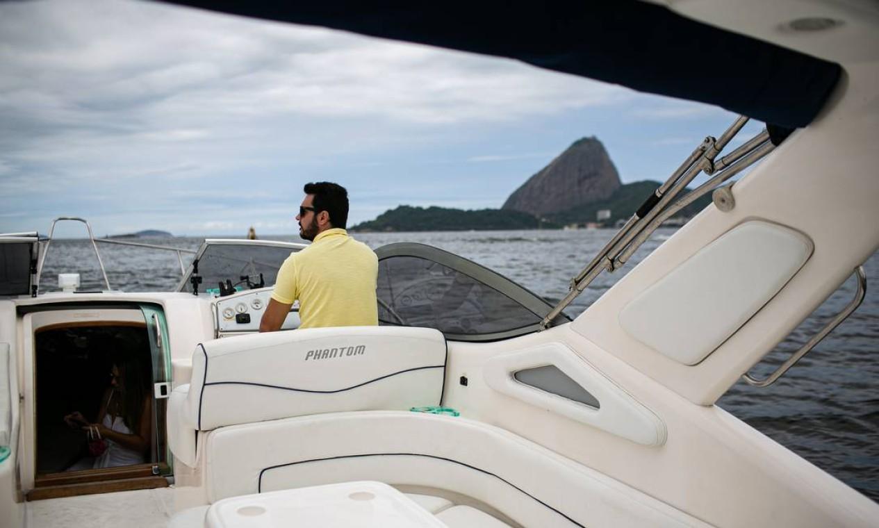 Gabriel Rodrigues acabou de comprar um barco juntamente com um amigo, para poder passear com a família com mais tranquilidade e segurança. Marina da Glória. Foto: Hermes de Paula / Agência O Globo