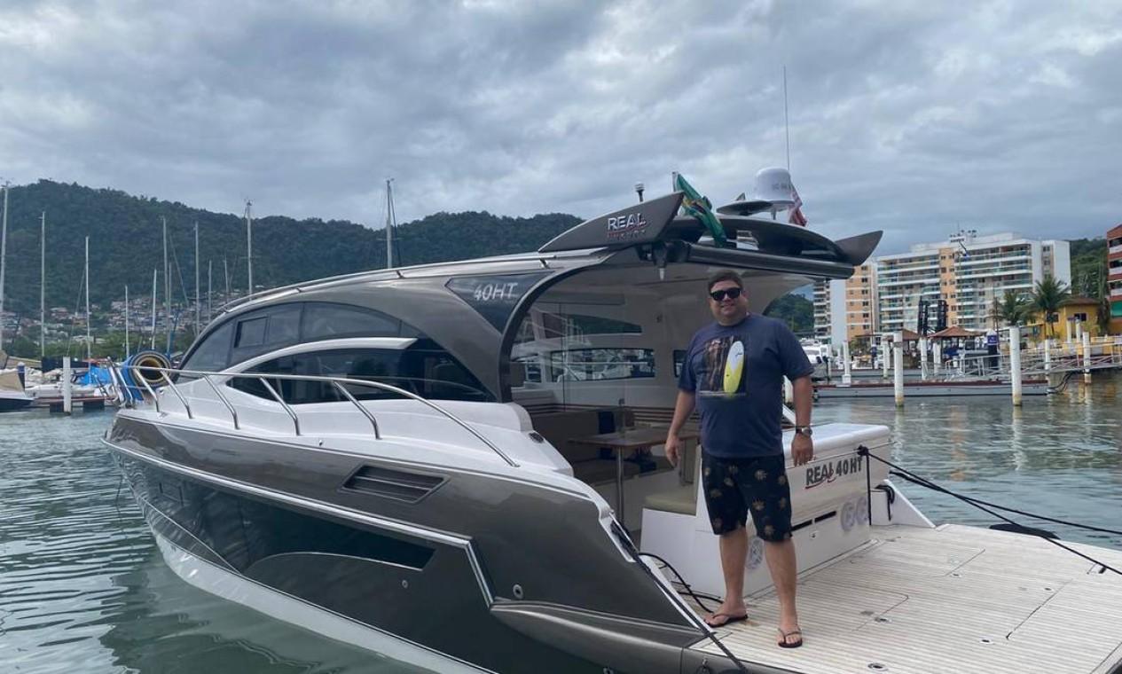 Jean Chrystian de Souza acabou de trocar o barco por um maior, que deixa atracado na marina, em Angra dos Reis. Poder reunir a família com segurança fez o contador investir mais na embarcação Foto: Arquivo pessoal / .