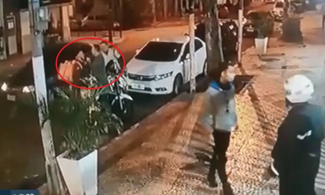 Delegado Luiz Augusto Mattos Braga é flagrado botando uma arma na boca de um motoboy Foto: reprodução / TV Globo