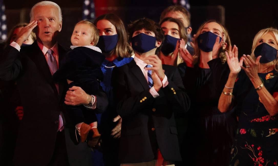 Biden com a família na comemoração da vitória em Wilmington, Delaware, onde ele mora, na noite de sábado Foto: JONATHAN ERNST / REUTERS