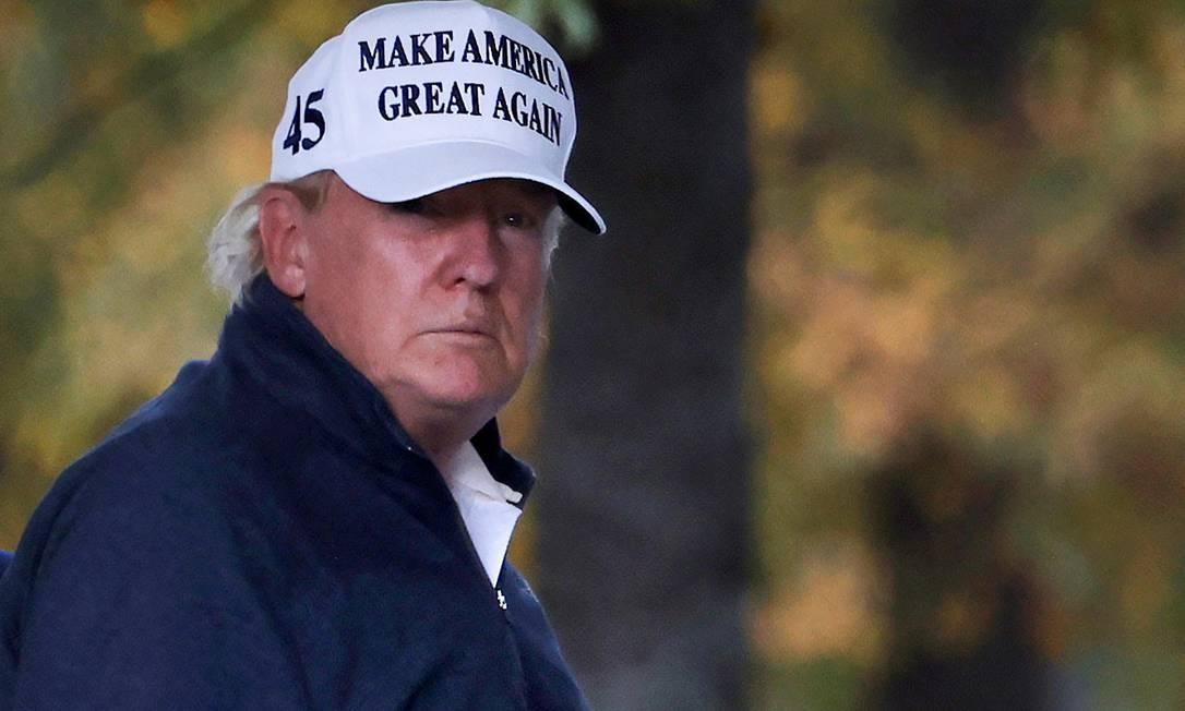 Presidente Donald Trump joga golfe após seu adversário, Joe Biden, ter sido nomeado o vencedor da eleição presidencial Foto: CARLOS BARRIA / REUTERS