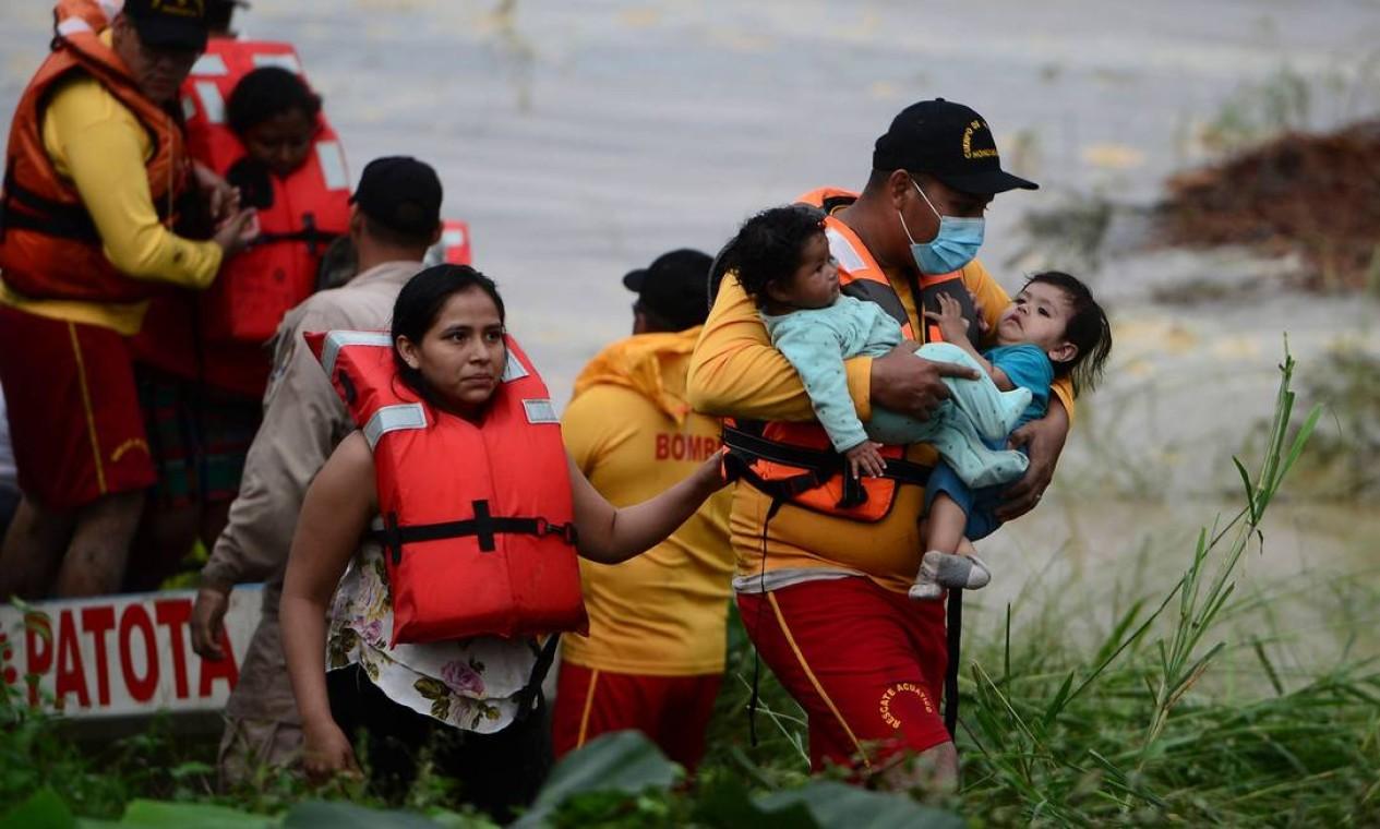 Membros do Corpo de Bombeiros resgatam moradores de campos de banana após a passagem do Furacão Eta, no setor El Progreso, departamento de Yoro, 240 kms ao norte de Tegucigalpa, Honduras Foto: ORLANDO SIERRA / AFP