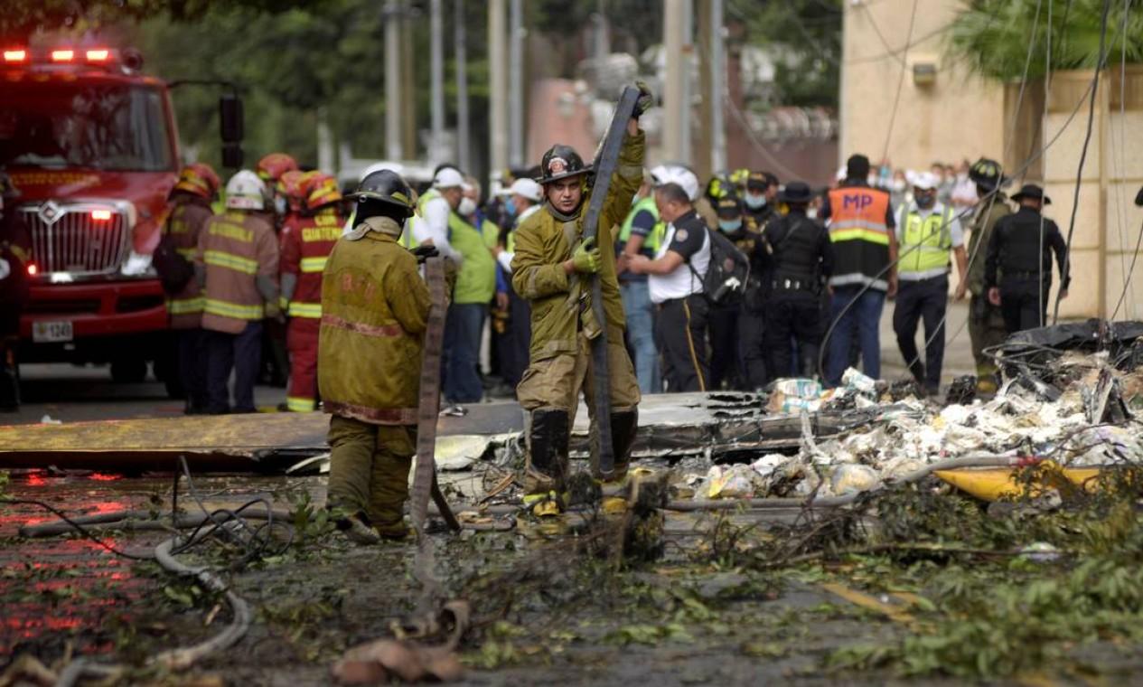 Bombeiros trabalham próximo aos destroços de um avião que transportava ajuda humanitária para uma área afetada pela tempestade Eta, após bater na Cidade da Guatemala, Guatemala, em 8 de novembro de 2020. REUTERS / Fabricio Alonso Foto: FABRICIO ALONSO / REUTERS