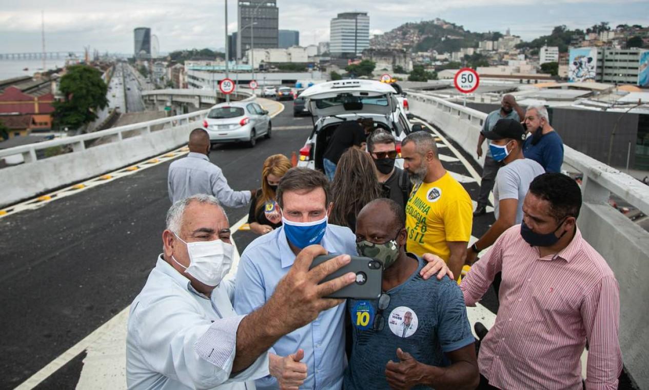 Marcelo Crivella (Republicanos) tira selfie com eleitores na Zona Portuária do Rio Foto: Hermes de Paula / Agência O Globo - 04/11/2020
