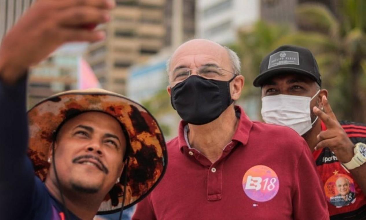 Eduardo Bandeira de Mello (Rede) faz selfie com quiosqueiros em Copacabana, Zona Sul do Rio Foto: Redes Sociais / Reprodução - 08/11/2020