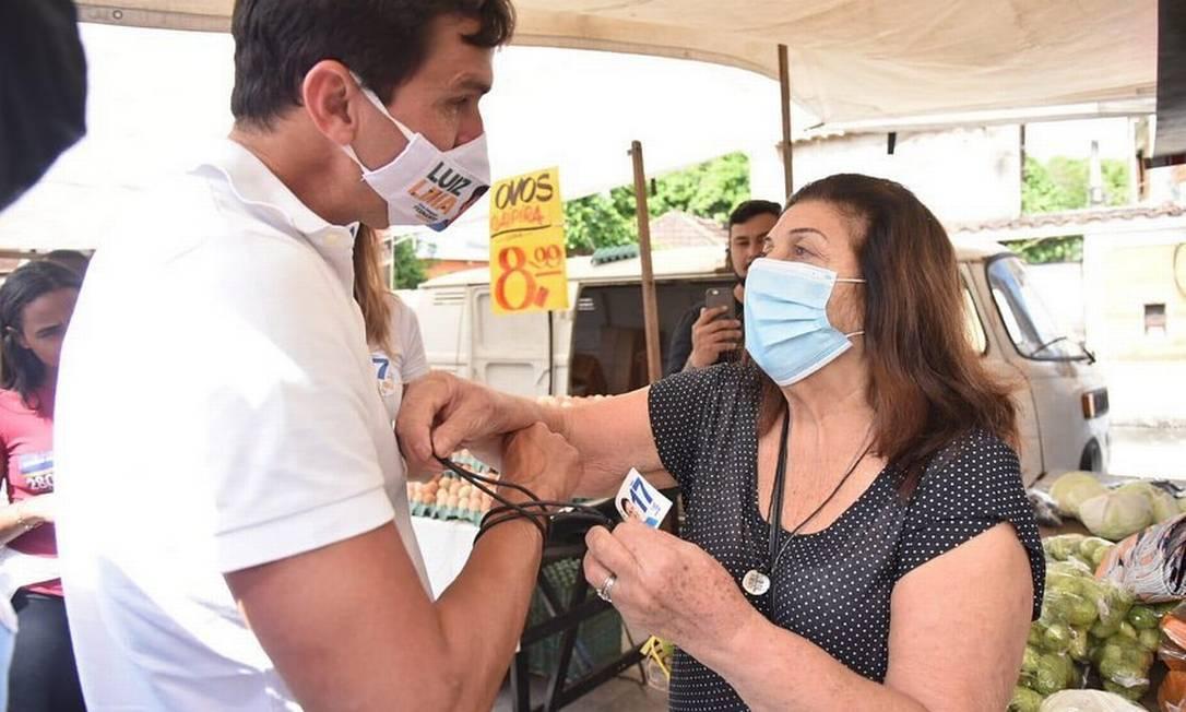 Luiz Lima (PSL) cumprimenta eleitora na feira de Santa Cruz, Zona Oeste do Rio Foto: Redes Sociais / Reprodução - 08/11/2020