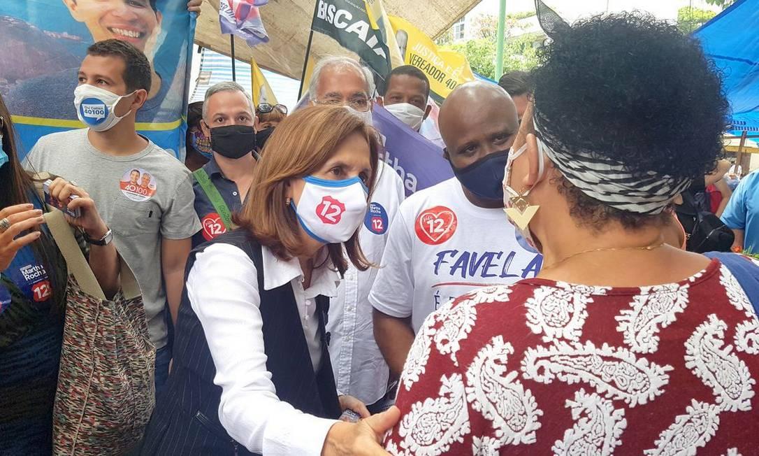 Martha Rocha (PDT) cumprimenta eleitora em caminhada pela cidade do Rio de Janeiro Foto: Redes Sociais / Reprodução - 08/11/2020