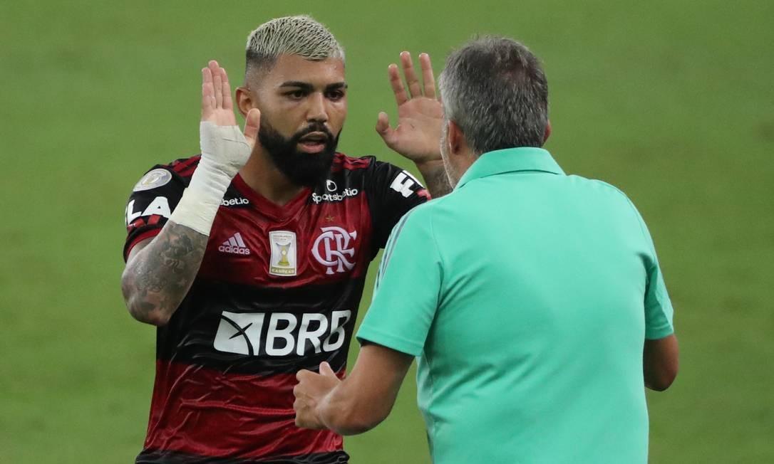 Atacante Gabigol comemora gol com o técnico Domènec Torrent, no empate em 1 a 1 com o Grêmio, no Maracanã Foto: Sergio Moraes / Reuters