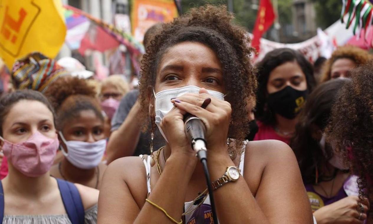 Renata Souza (PSOL), discursa em ato por justiça para Mariana Ferrer, na Cinelândia Foto: Redes Sociais / Reprodução - 08/11/2020