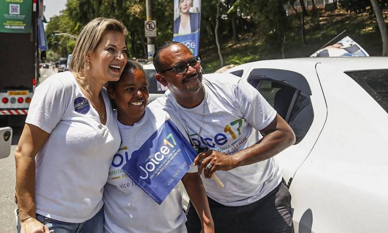 Joice Hasselmann (PSL) fez carreata pela região central de São Paulo e desceu do trio para posar para fotos com eleitores Foto: Reprodução / Redes Sociais - 07/11/2020