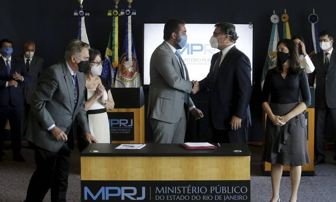 Castro e Gussem celebram acordo feita nesta segunda-feira Foto: Domingos Peixoto / Agência O Globo