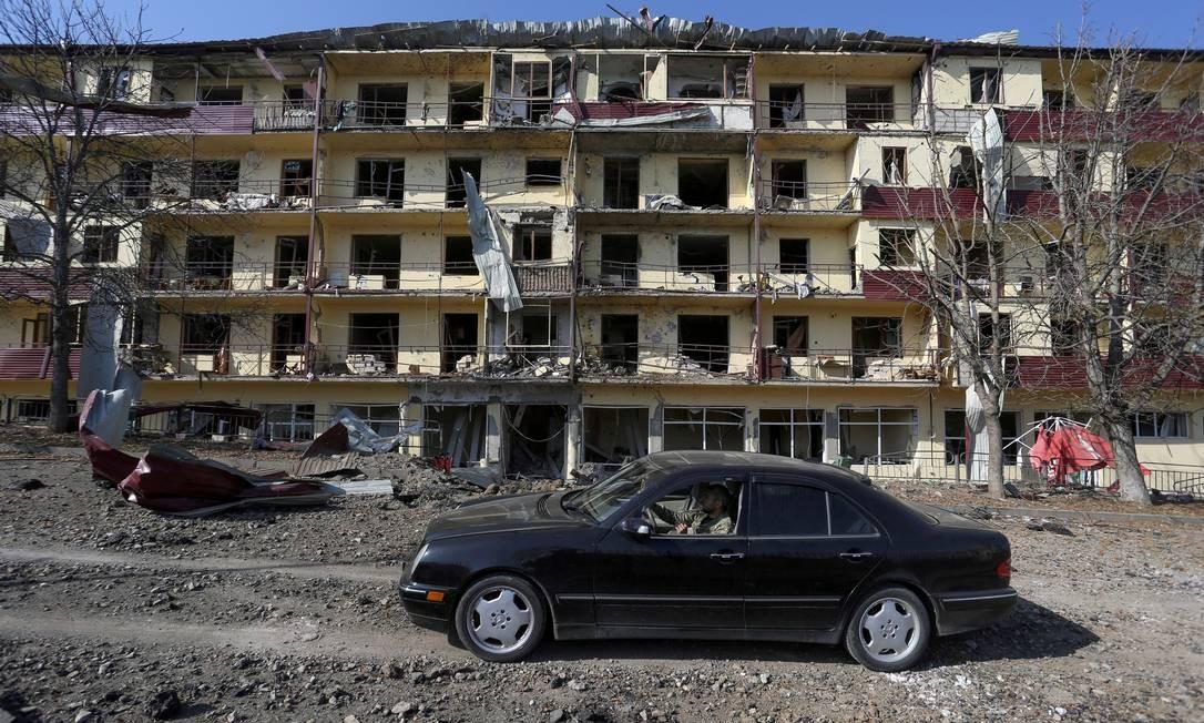 Prédio destruído na cidade de Sushi Foto: Vahram Baghdasaryan/Photolure / via REUTERS