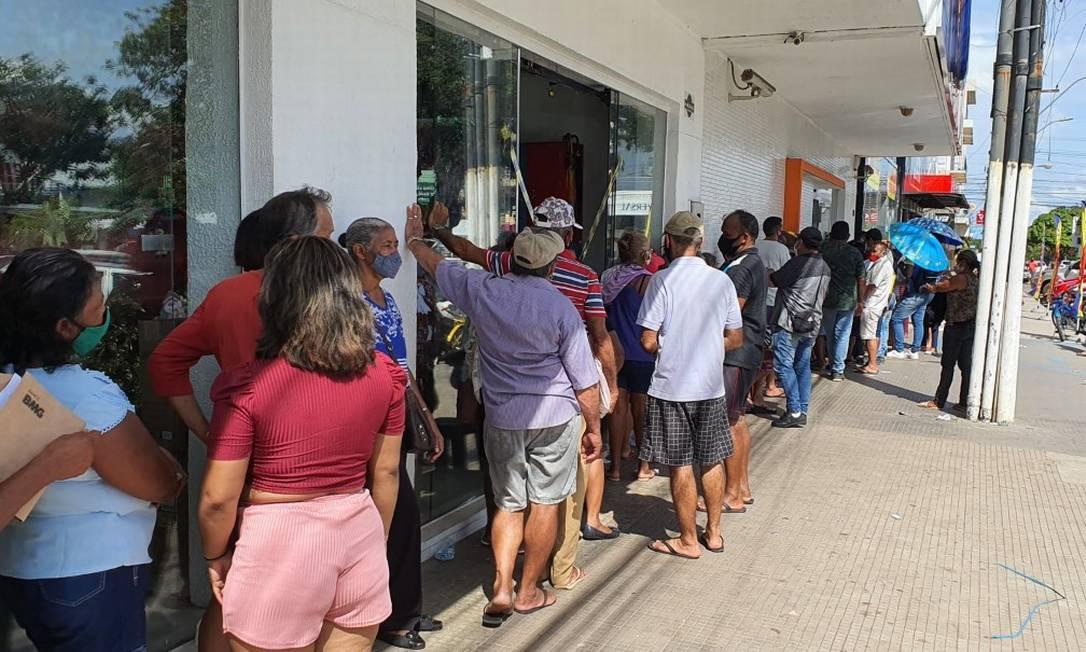 A falta de energia no Amapá tem gerado problemas em vários serviços, como o atendimento à população nas agências bancárias da capital Foto: Emerson Renon