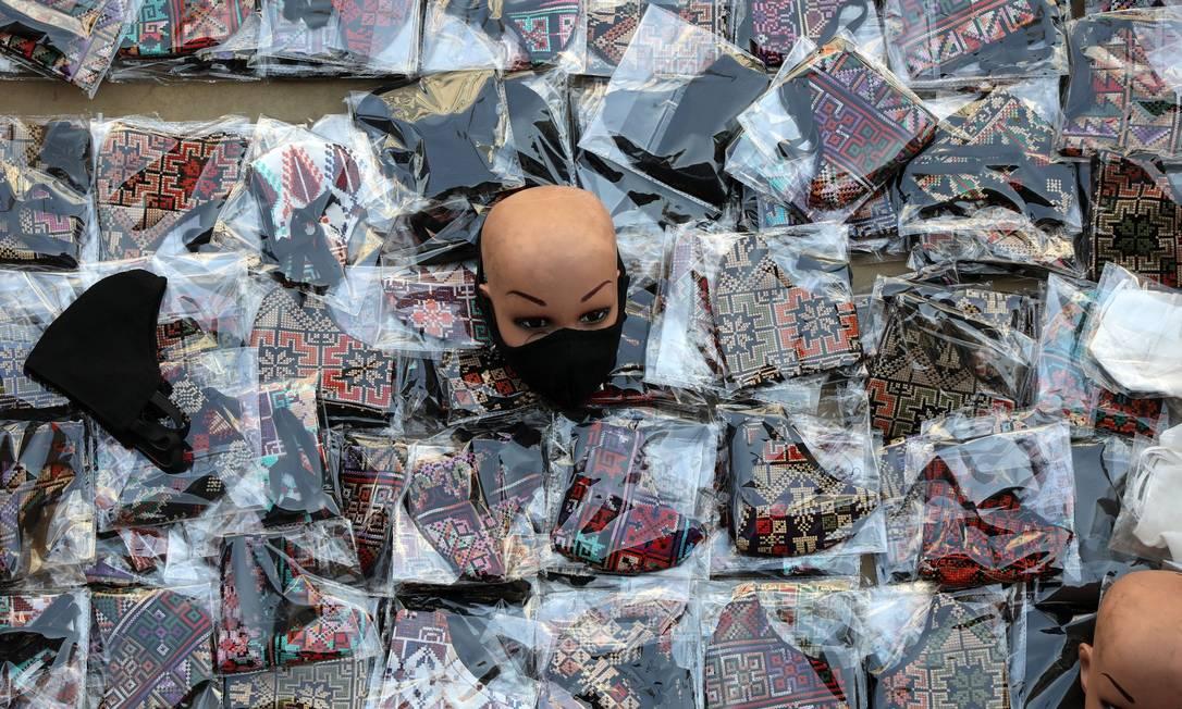 Máscaras à venda no centro de Amã. Capital da Jordânia inicia novo lockdown de cinco dias, a partir de 10 de novembro, em meio a temores sobre o número crescente de casos de Covid-19 Foto: MUHAMMAD HAMED / REUTERS