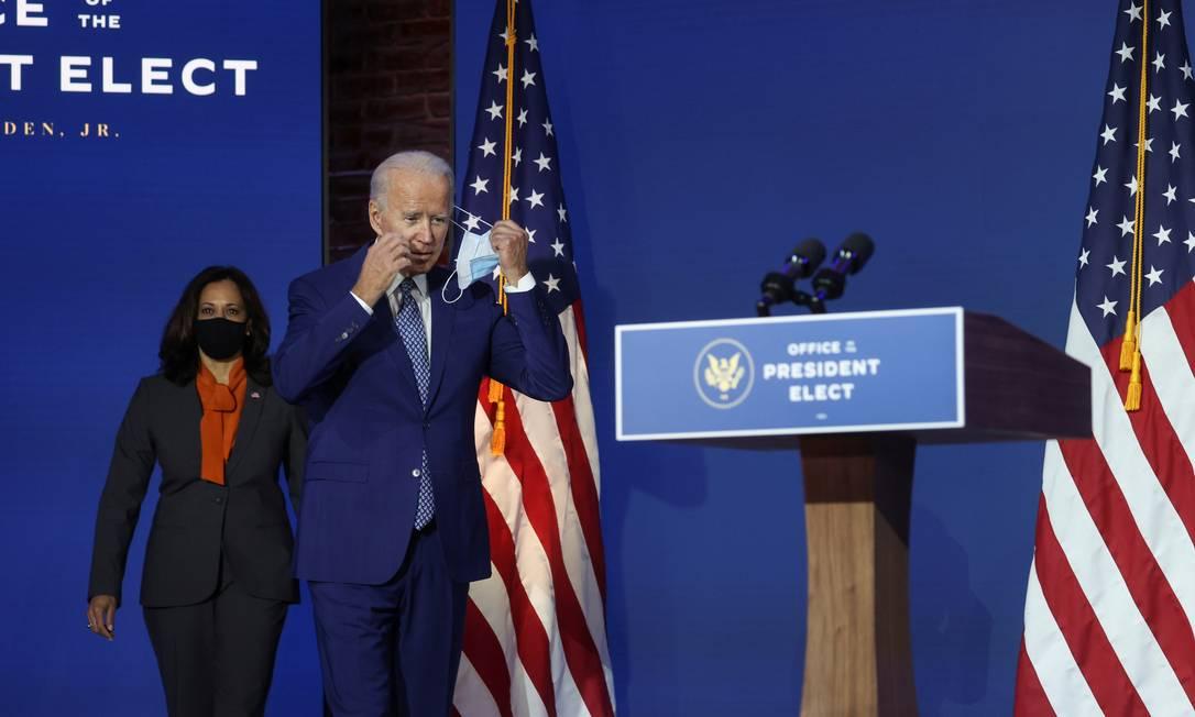 Biden e sua vice Kamala Harris ao chegarem na segunda para coletiva sobre a pandemia Foto: JONATHAN ERNST / REUTERS