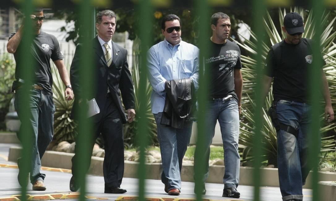 Chefão da máfia dos caça-níqueis, Fernando Iggnácio esconde as algemas com um casaco ao deixar o prédio onde mora, em São Conrado, depois de ser preso sob acusação de tentativa de homicídio, em outubro de 2006 Foto: Guilherme Pinto / Agência O Globo