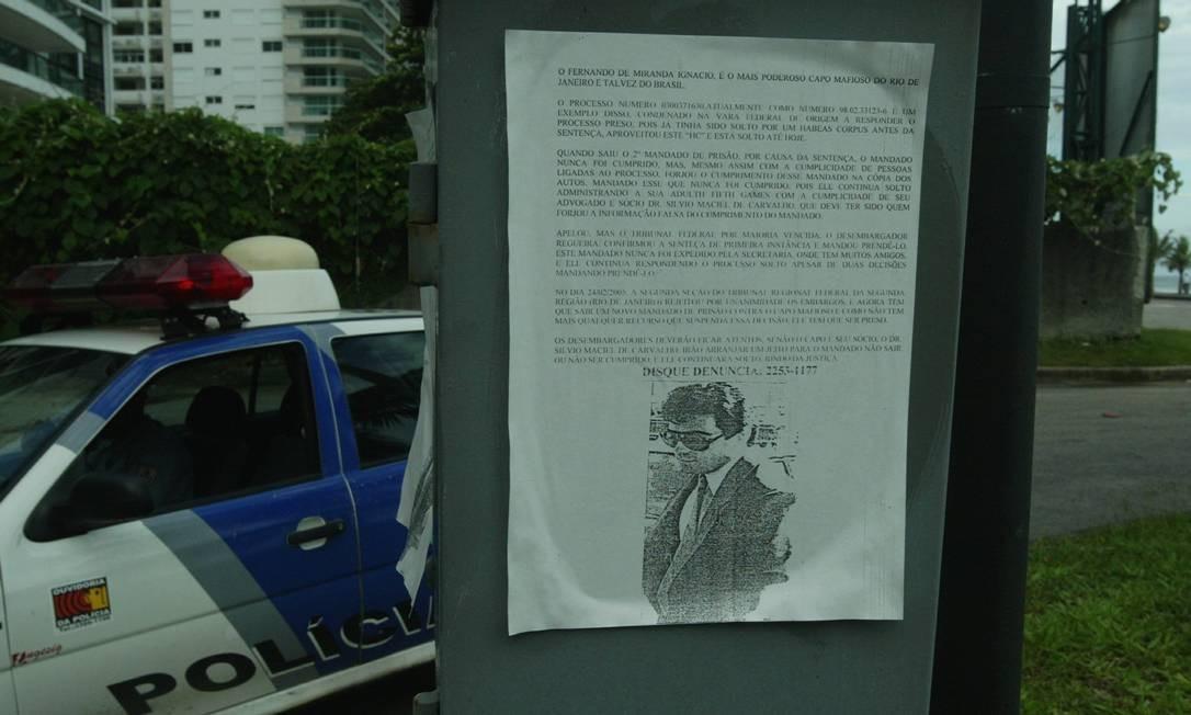 Em 2005, um cartaz num poste em São Conrado mostra foto de Fernando Iggnácio, genro do falecido bicheiro Castor de Andrade. Texto diz que o contraventor, foragido da Justiça, é o mais poderoso mafioso do Rio. Na época, cartazes com fotos de Rogério Andrade, inimigo de Iggnácio e também foragido, começaram a surgir no Centro e em Bangu Foto: Eurico Dantas / Agência O Globo