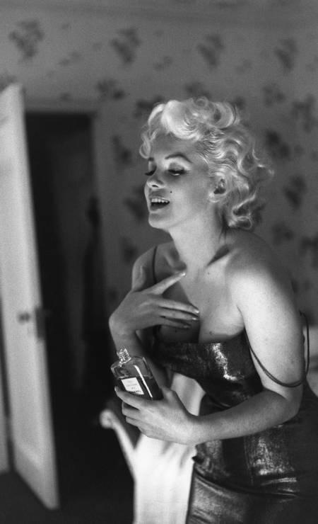 A atriz Marilyn Monroe com o seu frasco de Chanel N°5 em 1955 num hotel em Nova York Foto: Getty Images