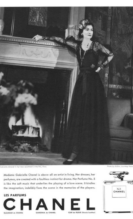 Gabrielle Chanel, em 1937, posando no seu apartamento em Paris para um anúncio do fragrância Foto: Divulgação