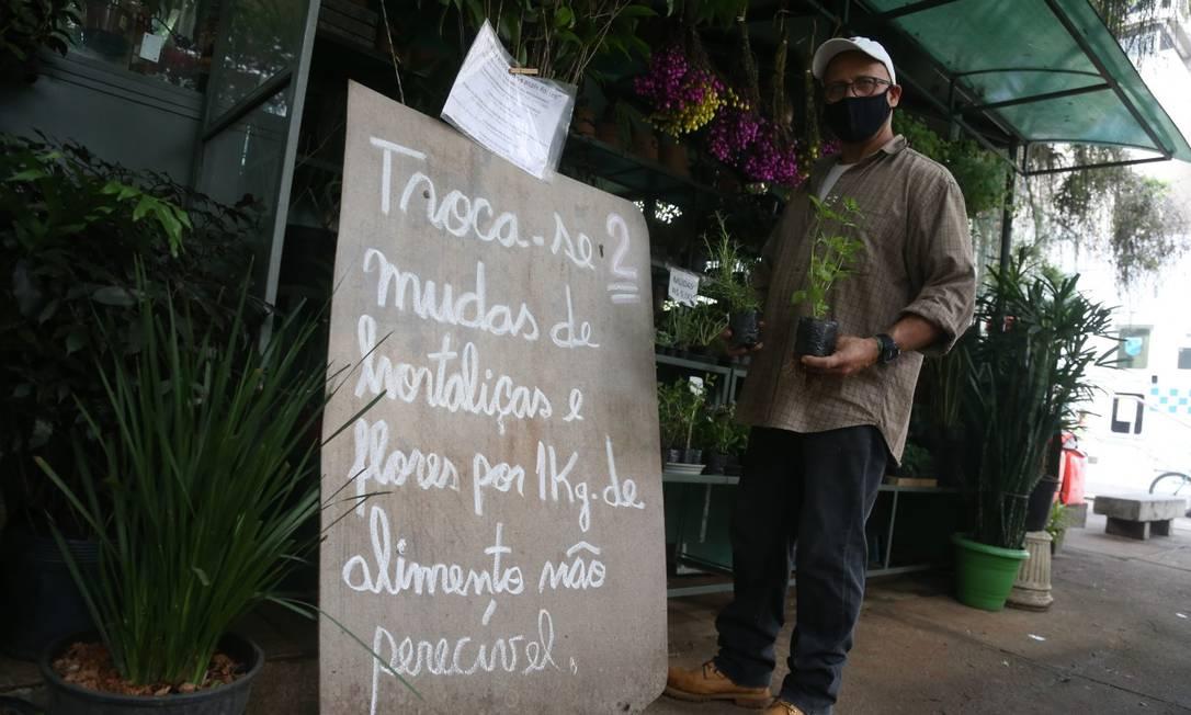 O floricultor Fernando troca duas mudas de plantinhas por 1kg de alimento não perecível para levar a instituições de caridade Foto: Pedro Teixeira / Agência O Globo