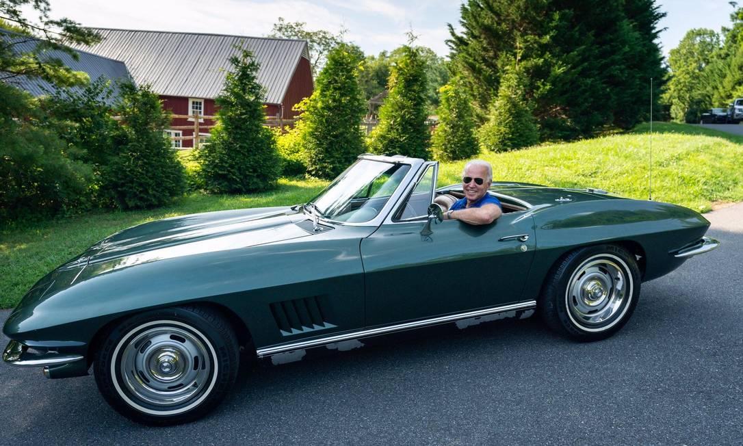 Biden, ao volante, ama seu clássico Corvette 67, mas acredita que só os carros elétricos têm futuro Foto: Divulgação