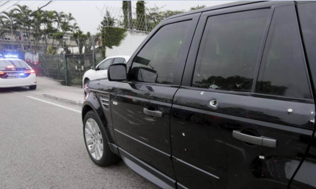 Marcas de tiros na lataria do carro de Fernando Iggnácio Foto: Domingos Peixoto / Agência O Globo