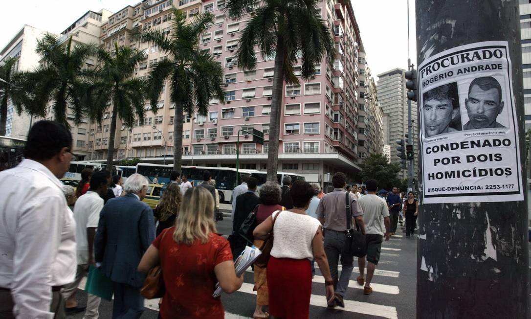 """Cartaz """"procura-se Rogerio Andrade"""" fixado em poste próximo ao Fórum, no Centro do Rio Foto: Marcos Tristão / Agência O Globo - 14/02/2005"""