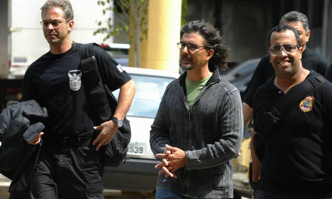 Rogerio Andrade, de cabelos longos, foi conduzido por policiais no pátio da Polícia Federal. Ele foi preso deixando sua mansão em Araras, na APA de Petrópolis Foto: Ricardo Leoni / Agência O Globo - 18/09/2006