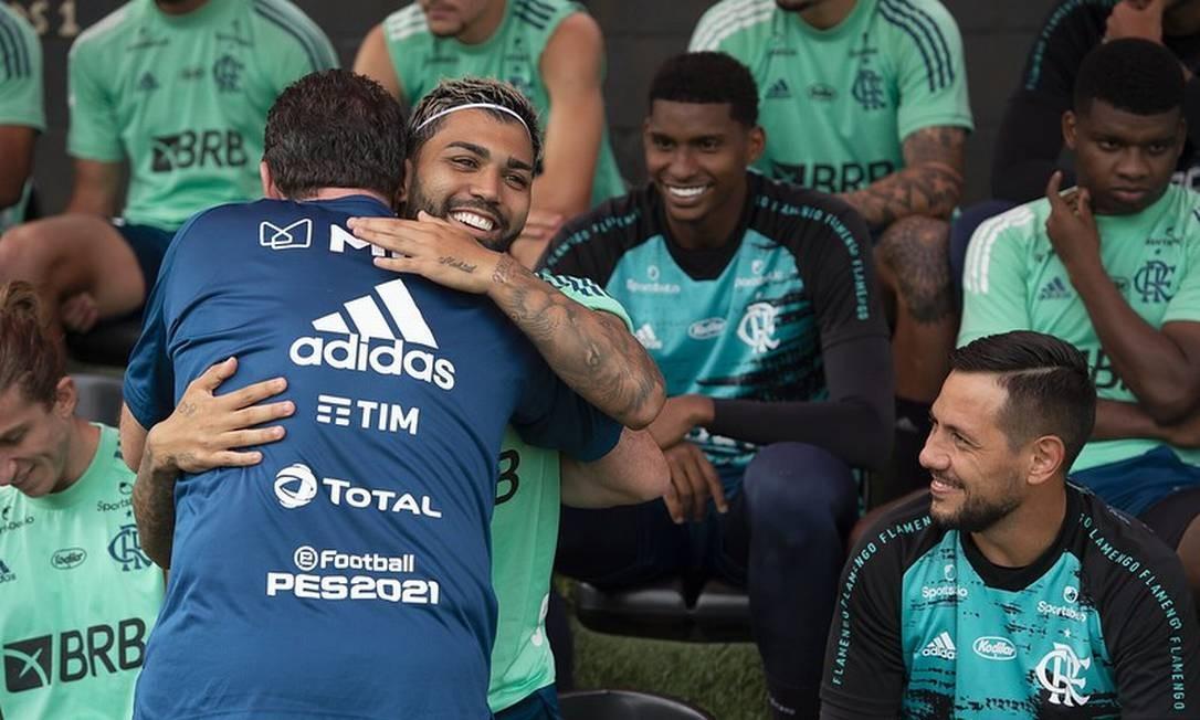 Ceni abraça Gabigol Foto: Divulgação