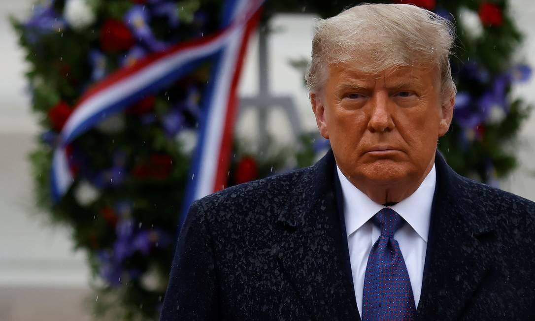 Donald Trump durante cerimônia em homenagem ao Dia dos Veteranos, no cemitério de Arlington, na Virgínia Foto: CARLOS BARRIA / REUTERS
