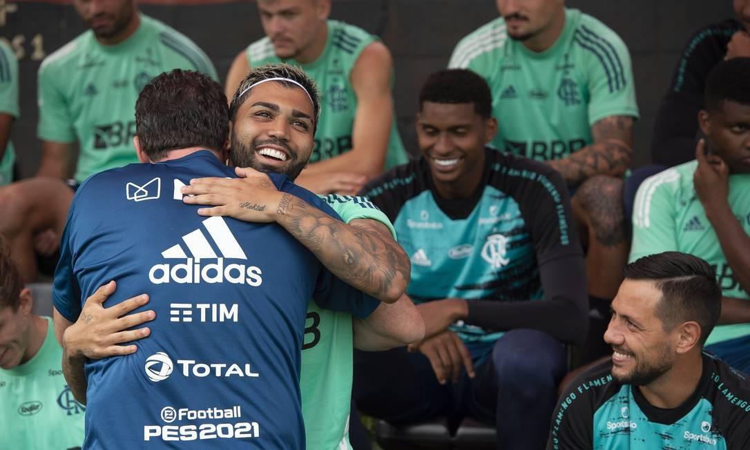 Ceni abraça Gabigol antes de liderar o primeiro treino de sua nova equipe Foto: Alexandre Vidal - Flamengo / Agência O Globo