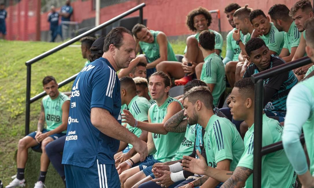 Ceni interage com comandados em seu primeiro dia de trabalho no rubro-negro carioca Foto: Alexandre Vidal - Flamengo / Agência O Globo