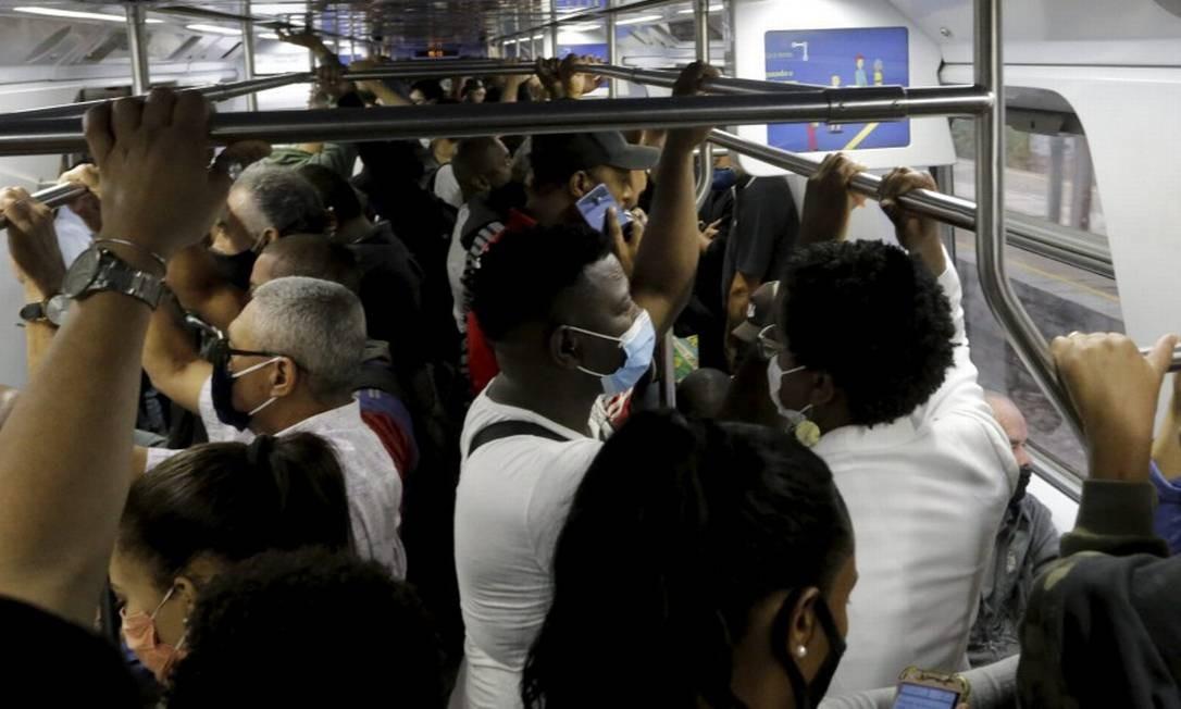 Ramal Japeri: milhares de cariocas usam trens da Supervia, que agora têm menos viagens e ainda mais aglomeração Foto: Domingos Peixoto em 5-11-2020 / Agência O Globo