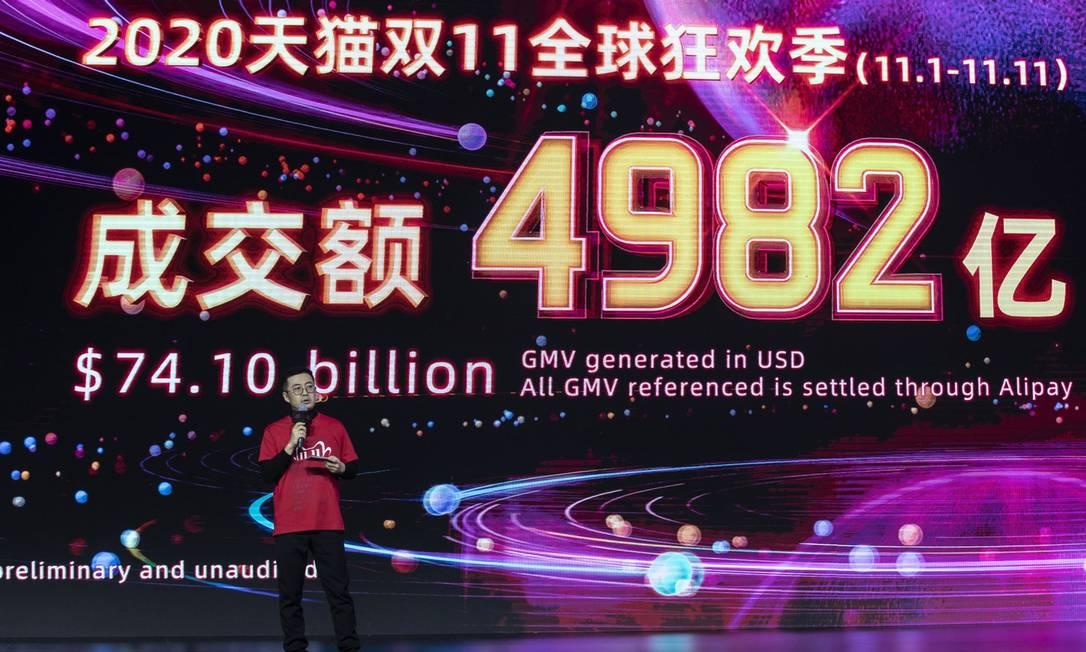 Jiang Fan, presidente do Taobao e do Tmall no grupo Alibaba, apresenta números do Dia do Solteiro Foto: Qilai Shen / Bloomberg