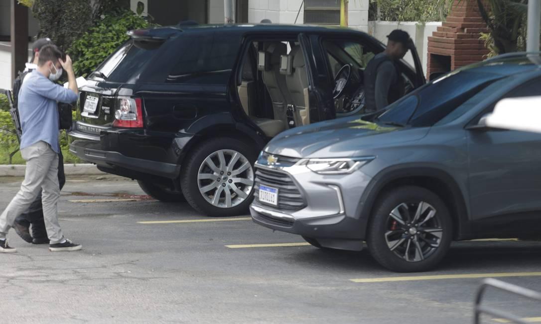 Contraventor foi morto no momento em que chegava em seu carro; veículo foi atingido por vários disparos Foto: Domingos Peixoto / Agência O Globo