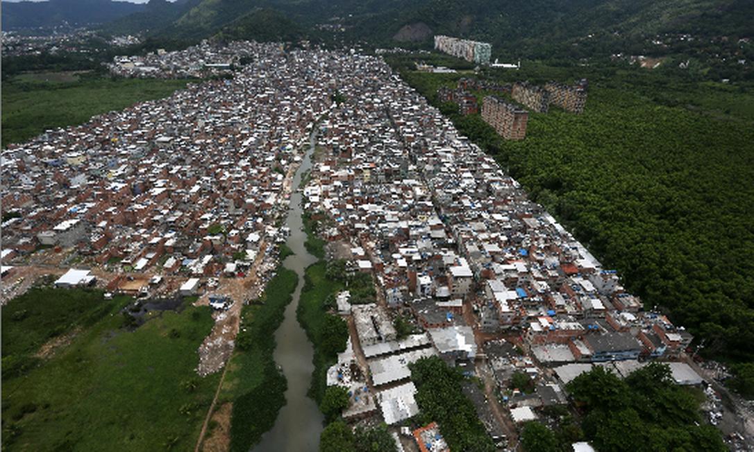 Entre a população pobre, quase metade (43,2%) tem algum problema precário, segundo o IBGE
