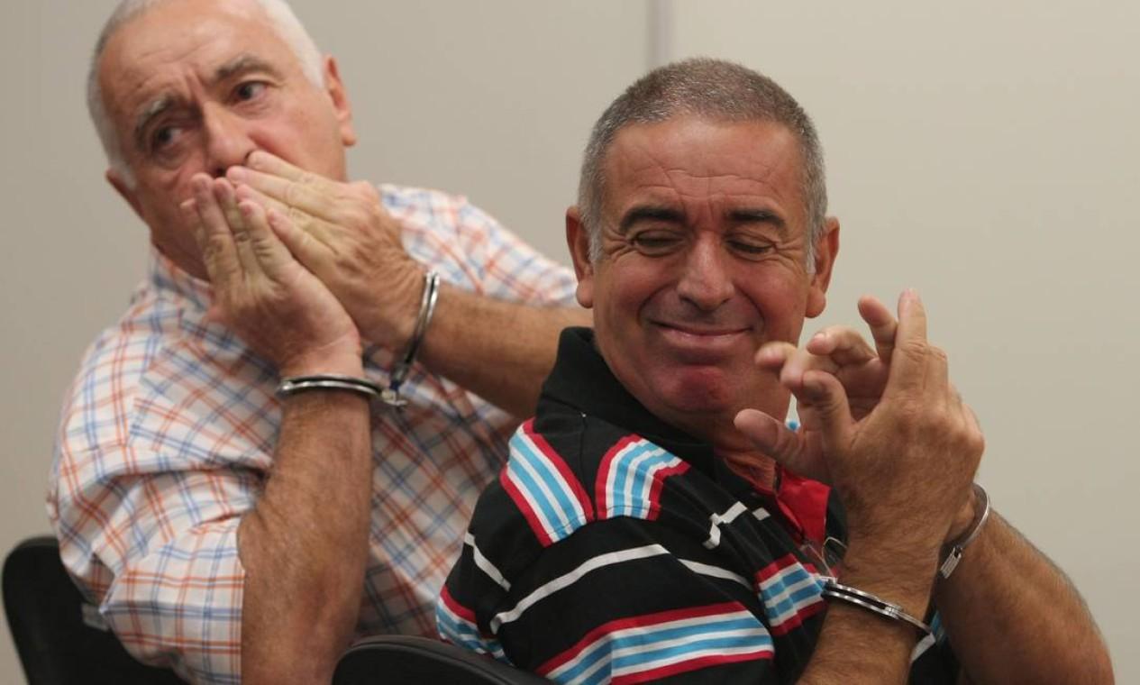 Jerominho e Natalino aparecem algemados durante audiência sobre a milícia conhecida como Liga da Justiça Foto: Bruno Gonzalez / Agência O Globo - 28/04/2010