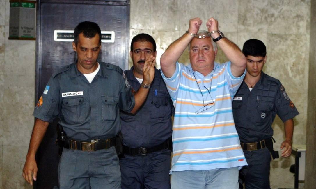 Jerominho sai algemado após audiencia na 4ª Vara do froum do Rio de Janeiro Foto: Hipólito Pereira / Agência O Globo - 06/05/2008