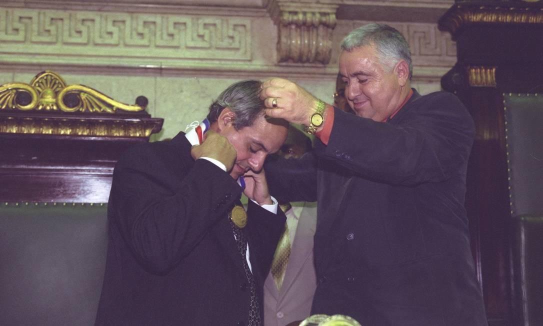 Josias Quintal, então secretário de Segurança Pública, é homenageado na Camara Municipal e recebe medalha das mãos do vereador Jerônimo Guimarães Filho (à época, PMDB; hoje, MDB), o Jerominho Foto: Fernando Quevedo / Agência O Globo - 26/06/2001