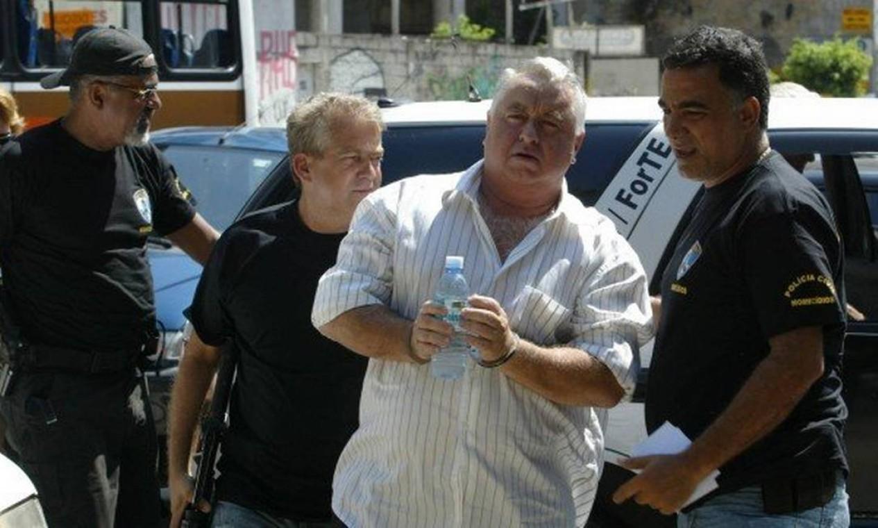 Vereador Jerominho chega algemado para prestar depoimento na Delegacia de Homicídios no prédio da chefia de polícia Foto: Gustavo Azeredo / Agência O Globo - 10/01/2008