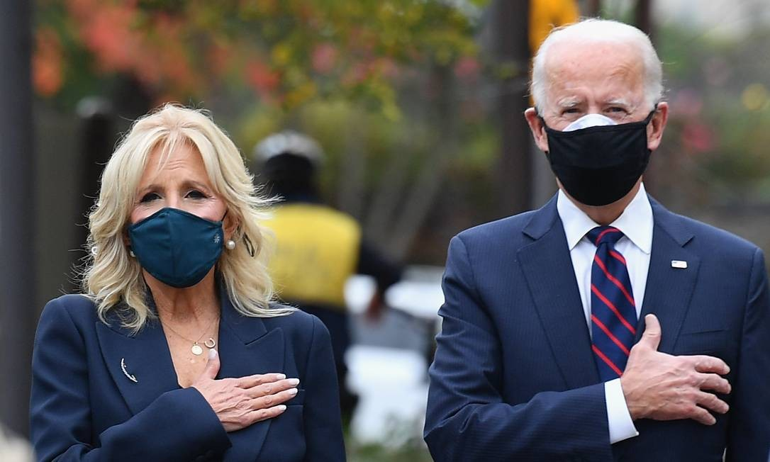 Presidente eleito Joe Biden e futura primeira-dama, Jill, durante evento em homenagem ao Dia dos Veteranos de guerra, em Filadélfia, na Pensilvânia. Foto: ANGELA WEISS / AFP 11-11-2020