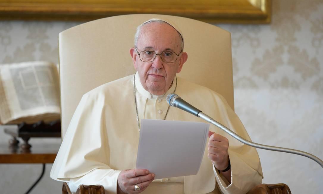 Papa Francisco participa de audiência transmitida pela TV, no Vaticano Foto: HANDOUT / AFP
