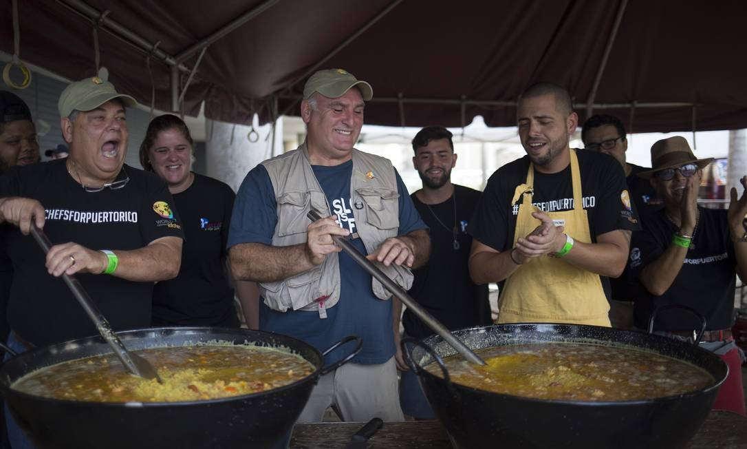 BV - Porto Rico - Jose Andres, a chef, stirs a giant paella pan during a food relief effort following Hurricane Maria in San Juan, Puerto Rico, Oct. 19, 2017. Hardship and hurricanes have shaped the island's food for centuries but chefs and home cooks make magic with whatever ingredients they have. (Eric Rojas/The New York Times) Foto: ERIC ROJAS / NYT