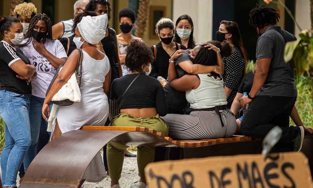 Gabriela Alves, viúva de Cadu Barcellos é consolada por parentes e amigos Foto: Hermes de Paula / Agencia O Glob / Agência O Globo